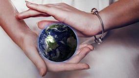 美丽的行星地球在女性手上 美国航空航天局提供的此图象的要素 向量例证