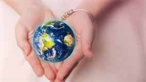 美丽的行星地球在女性手上 美国航空航天局提供的此图象的要素 股票视频