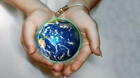美丽的行星地球在女性手上 美国航空航天局提供的此图象的要素 影视素材