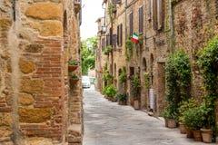 美丽的街道在一个小老村庄皮恩扎,托斯卡纳 免版税图库摄影