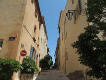 美丽的街道在圣特罗佩,法国 免版税库存照片