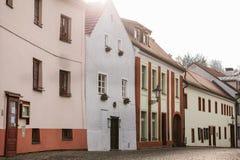 美丽的街道在捷克克鲁姆洛夫镇在捷克 其中一个最美丽的异常的小城市  免版税库存图片