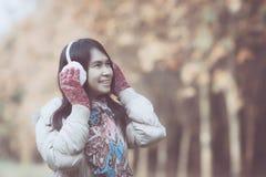 美丽的衣物佩带的冬天妇女 库存图片