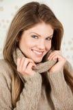 美丽的衣物微笑的温暖的佩带的妇女 库存照片