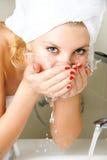 美丽的表面女孩她的洗涤物 库存图片