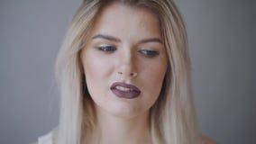 美丽的表面女性 完善的暴牙的微笑 白种人女孩特写镜头画象 黑暗的嘴唇,皮肤,牙 隔绝  股票录像