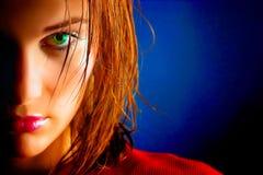 美丽的被注视的女孩绿色纵向 图库摄影