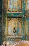 美丽的被雕刻的木门作为一个建筑艺术设计元素 库存照片