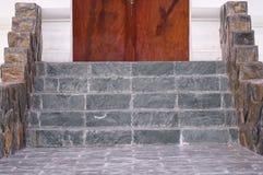美丽的装饰内部大理石楼梯 免版税库存图片