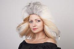 美丽的裘皮帽妇女年轻人 免版税图库摄影