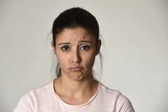 年轻美丽的西班牙哀伤的妇女严肃和关心在担心的沮丧的表情 免版税库存图片