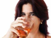 美丽的西班牙妇女饮用的威士忌酒 库存图片