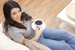 美丽的西班牙妇女饮用的茶或咖啡 库存照片