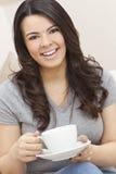 美丽的西班牙妇女饮用的茶或咖啡 免版税库存图片