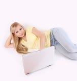 美丽的计算机女孩膝上型计算机年轻人 库存照片