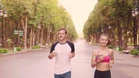 美丽的训练奔跑在公园,慢动作的女孩和人 股票录像
