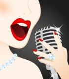 美丽的话筒唱歌的妇女 免版税库存照片