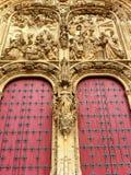 美丽的详细的大教堂门 库存照片