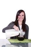 美丽的谷物女孩她的倾吐的牛奶 免版税库存照片
