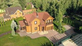 美丽的豪华大木房子 木材与绿色草坪和庭院的村庄别墅在平衡时间的金黄小时 股票视频