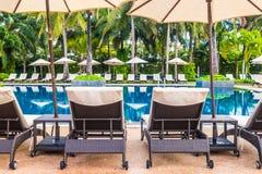 美丽的豪华室外游泳池在旅馆和手段里 免版税库存照片