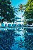 美丽的豪华室外游泳池 免版税库存照片