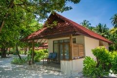 美丽的豪华海滨别墅位于热带手段 免版税库存图片