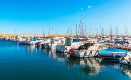 美丽的豪华游艇和在港口停住的汽船, 免版税库存照片