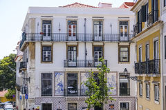 美丽的豪宅在有著名里斯本瓦片的里斯本在前面-里斯本-葡萄牙- 2017年6月17日 库存照片