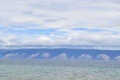 美丽的贝加尔湖和小山的看法 免版税库存照片