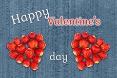 美丽的贺卡与情人节-心脏由草莓做了在难看的东西具体纹理背景和 免版税库存照片