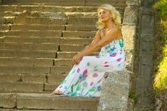 美丽的资深白肤金发的妇女 免版税库存图片