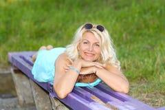 美丽的资深白肤金发的妇女 免版税库存照片