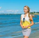 美丽的走的妇女年轻人 免版税库存图片