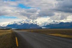 美丽的路在一个国家公园 免版税库存图片