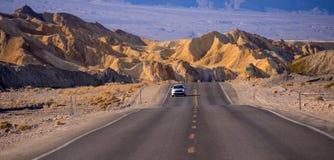 美丽的路通过死亡谷国家公园在加利福尼亚-死亡谷-加利福尼亚- 2017年10月23日 库存照片