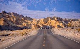 美丽的路通过死亡谷国家公园在加利福尼亚-死亡谷-加利福尼亚- 2017年10月23日 免版税库存图片