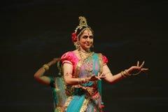 美丽的跳舞印地安人妇女 免版税库存照片