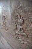 美丽的跳舞的Apsaras在墙壁上的老高棉艺术雕刻 免版税图库摄影