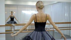 美丽的跳芭蕾舞者转动与身体在芭蕾学校户内 影视素材