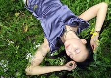 美丽的躺下的妇女 免版税库存图片
