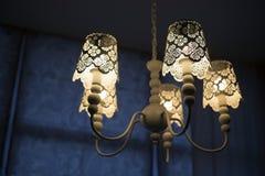 美丽的轻的透雕细工枝形吊灯 库存照片