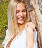 美丽的轻轻地愉快的藏品瓢虫妇女 免版税库存图片