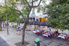 美丽的边路用街道咖啡馆在里斯本-里斯本-葡萄牙- 2017年6月17日 库存照片