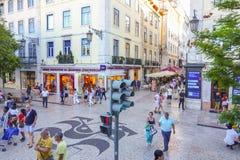 美丽的边路用街道咖啡馆在里斯本-里斯本-葡萄牙- 2017年6月17日 库存图片