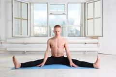 美丽的运动的人实践的瑜伽 图库摄影