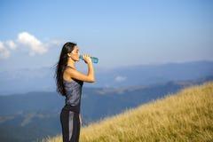 美丽的运动的白种人女孩饮用水 库存照片