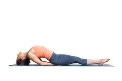 美丽的运动的适合信奉瑜伽者女孩实践瑜伽asana Matsyasana 库存图片