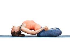 美丽的运动的适合信奉瑜伽者女孩实践瑜伽asana Matsyasana 免版税库存图片