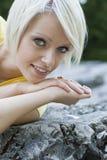 美丽的迷人的年轻白肤金发的女孩 免版税库存照片